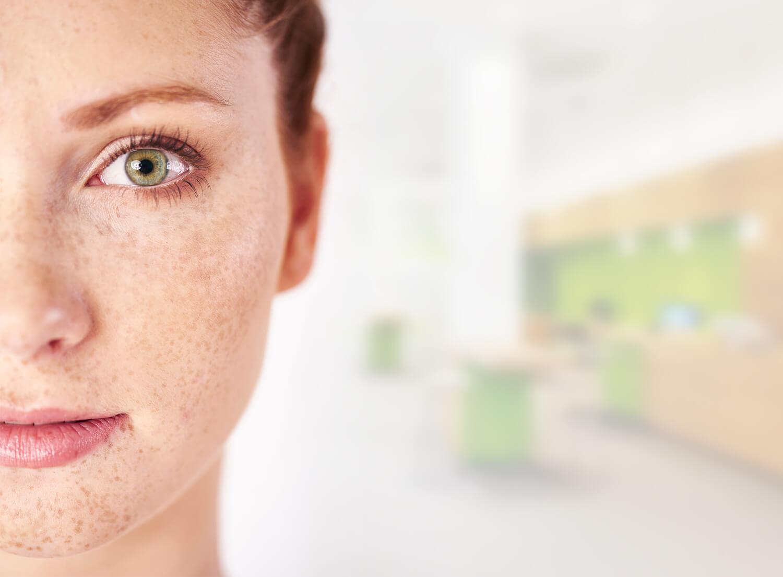 EasyScan Messgerät, Frau mit grünen Augen.