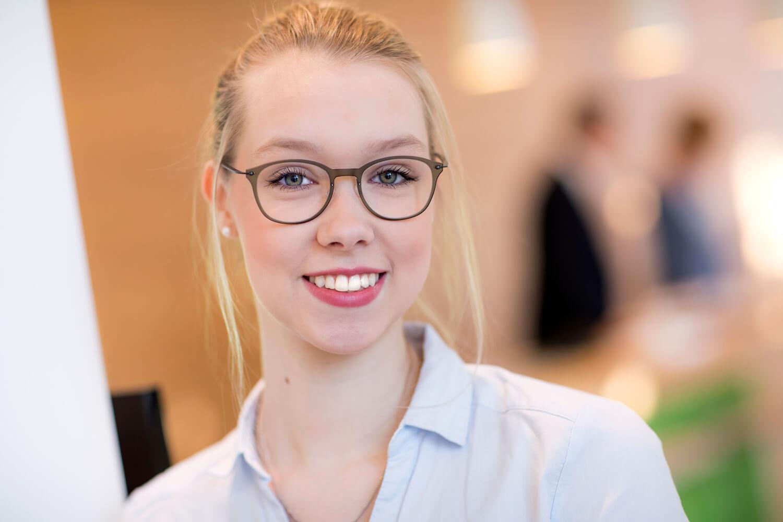 Lächelnde Frau mit Brille.