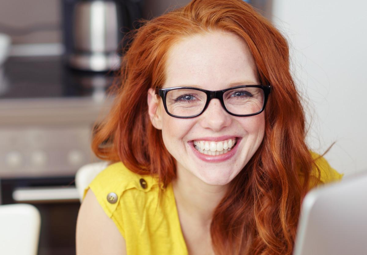 Frau mit Kunk Brille lächelt