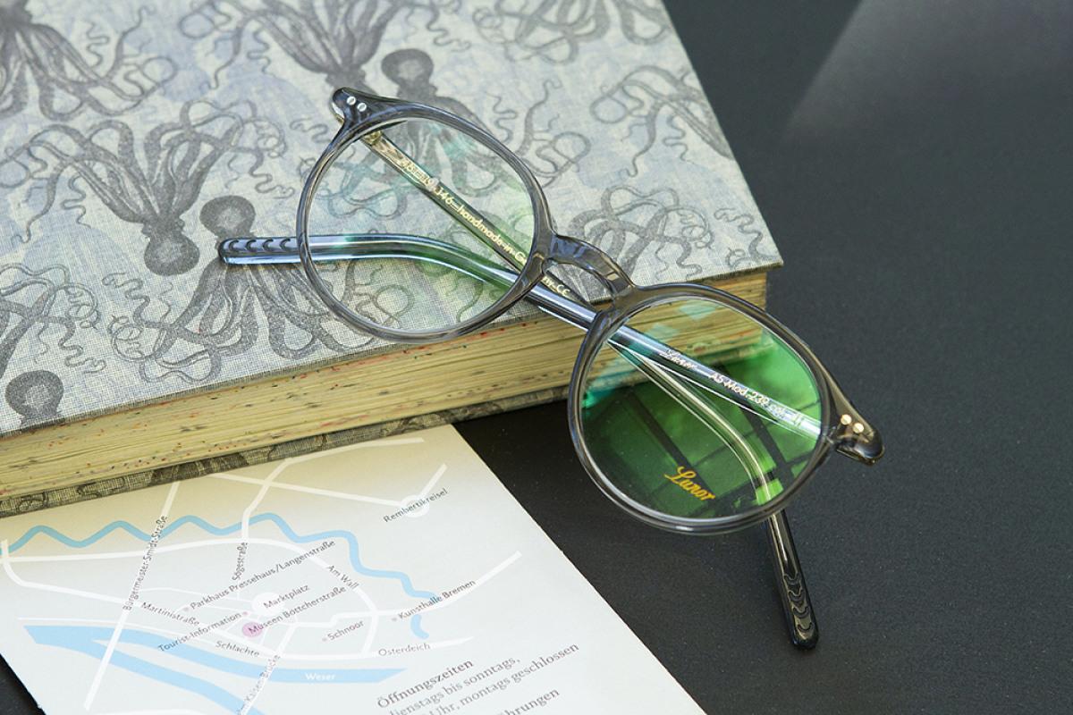 Lunor Brille auf Flyer der Museen Böttcherstraße in Bremen