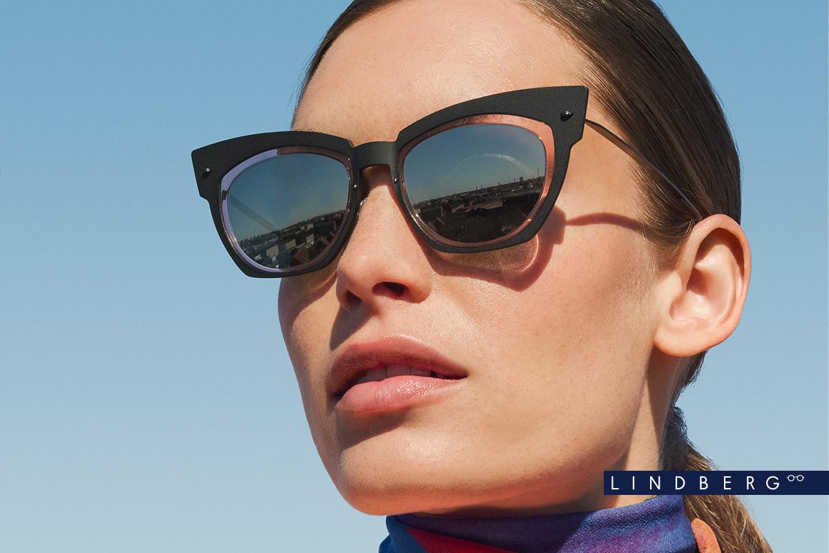 Eine Frau trägt die Lindberg Sonnenbrille 8321d