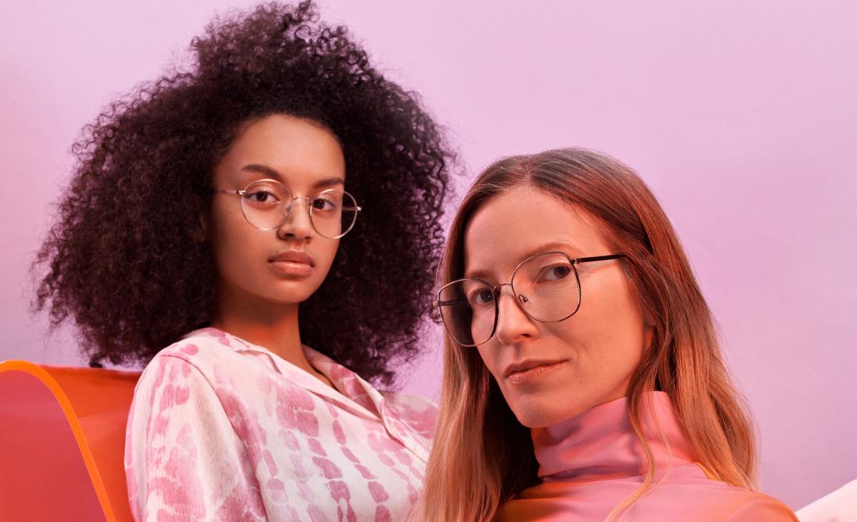 Zwei Frauen mit Andy Wolf Brillen.