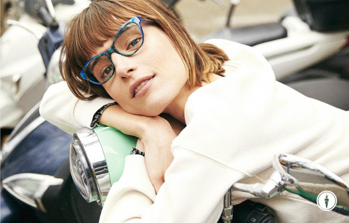 Frau mit Etnia Brille auf Vespa