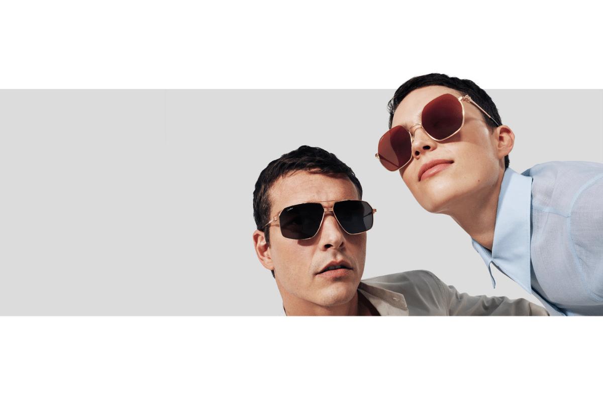 Zwei Personen mit mit Brillen von Cartier vor hellem Hintergrund.
