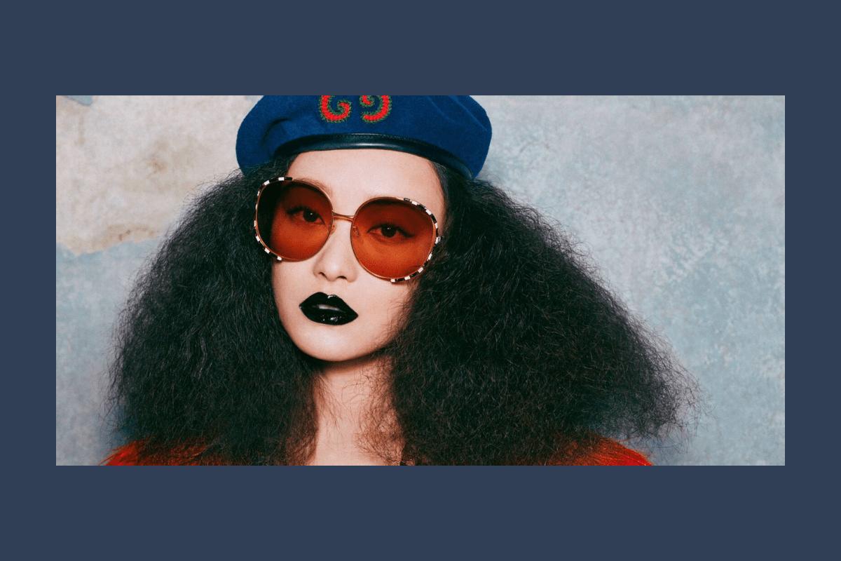 Gucci Sonnenbrille für Damen im Gesicht einer Frau mit großer Haarpracht.