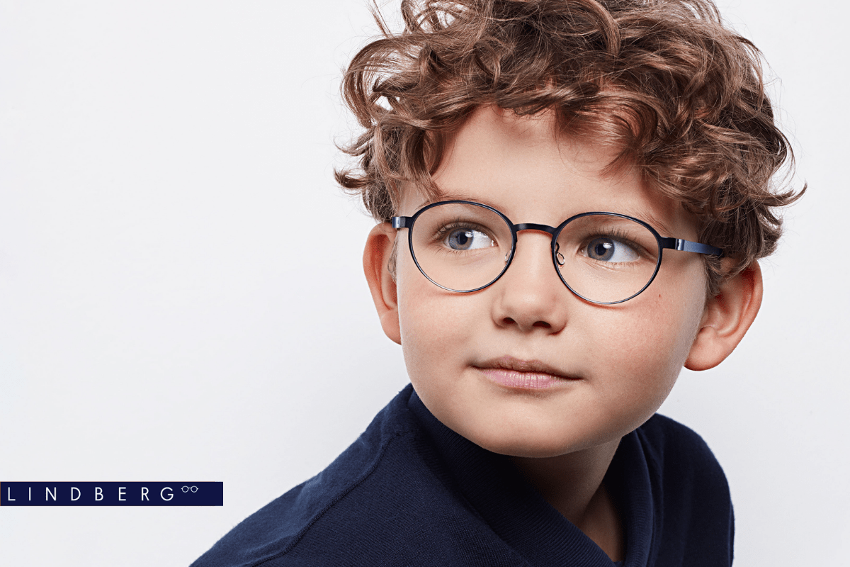 Junge mit Lindberg Brille für Kinder vor weißem Hintergrund.