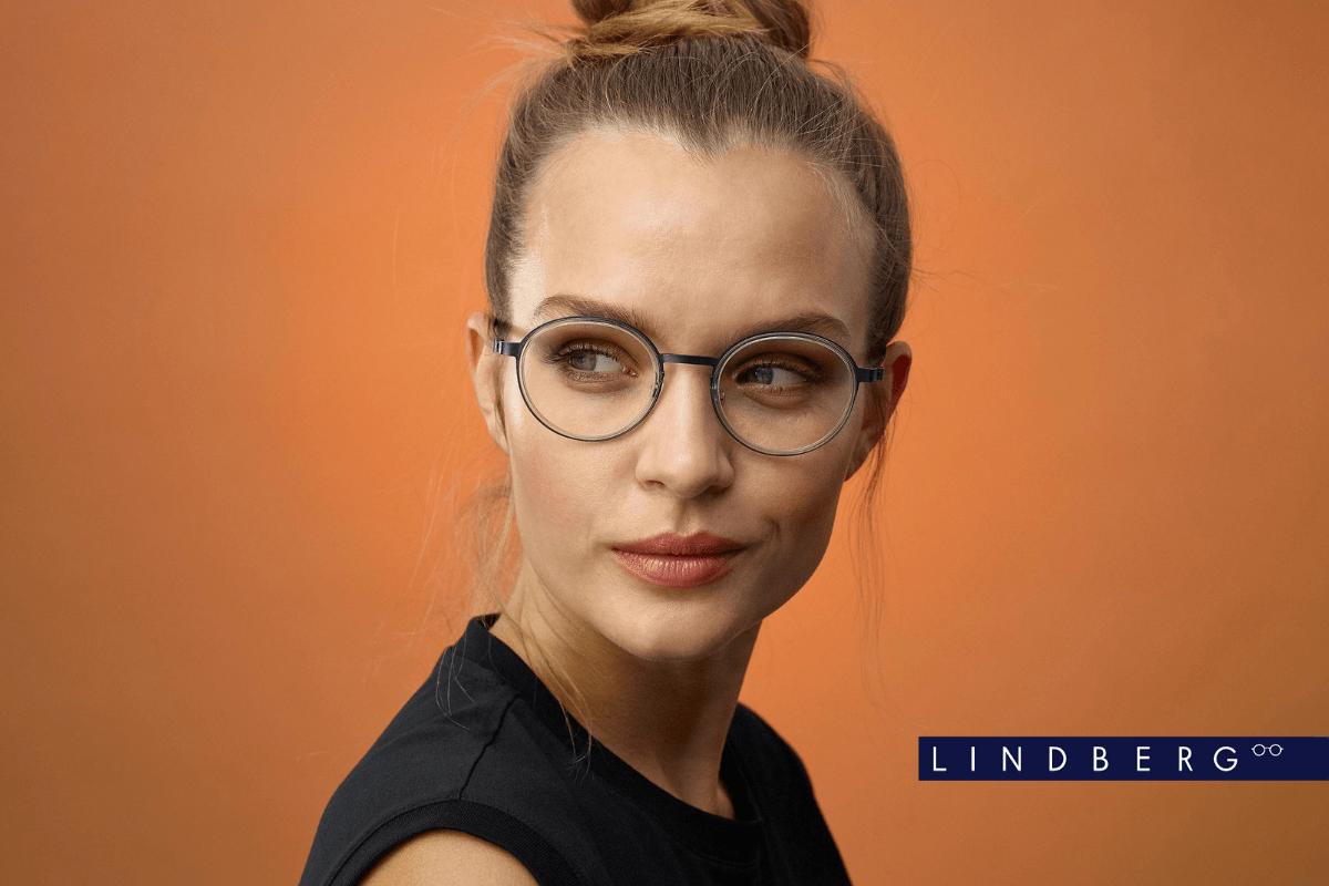 Junge Dame mit LINDBERG Brille aus dünnem Titan.