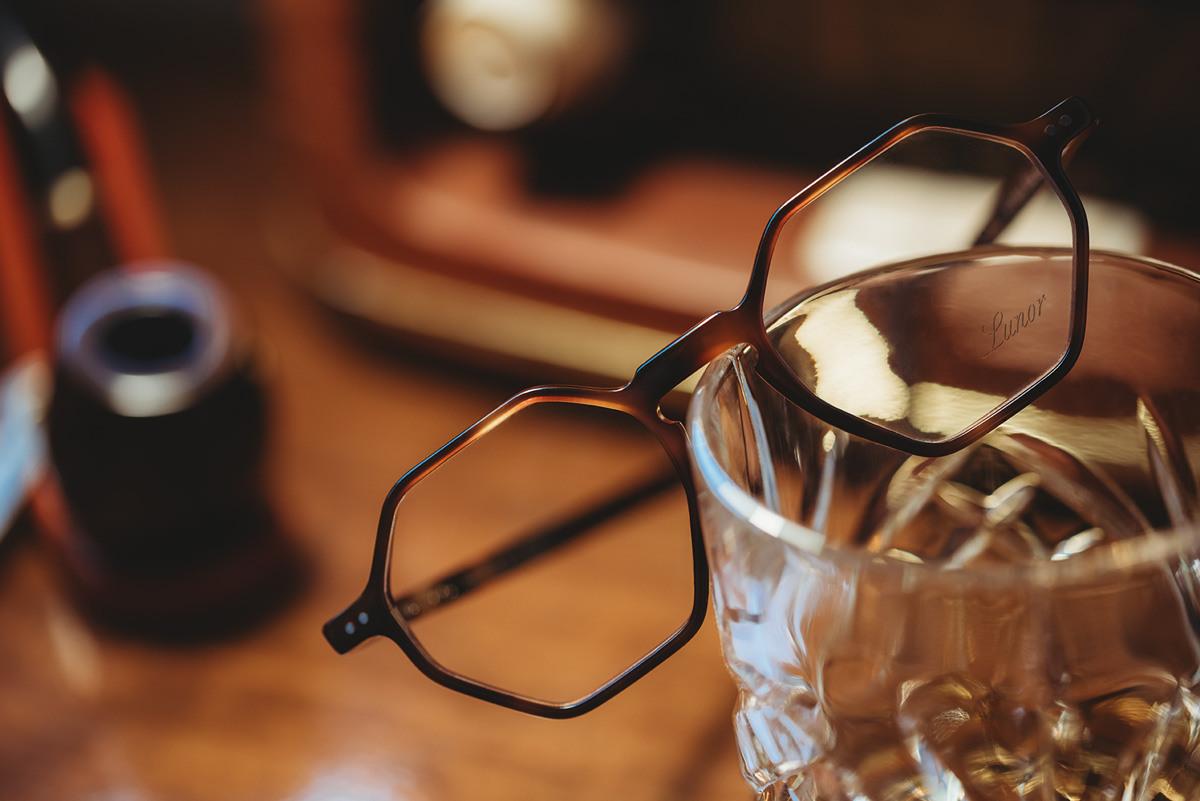 Lunor Brille für Damen und Herren auf einem Glas.