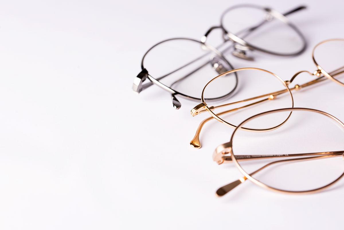 Drei Lunor Brillen auf hellem Untergrund.