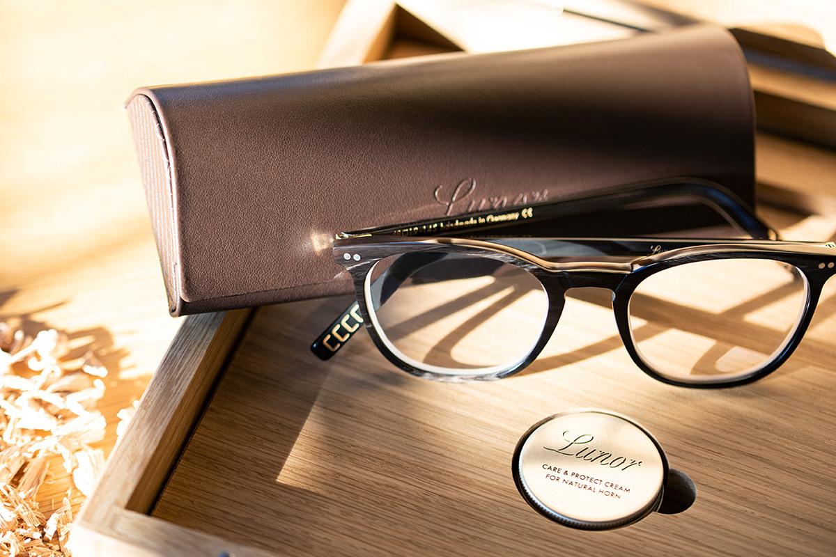 Nachhaltige Lunor Brille für Damen und Herren vor einem Etui.