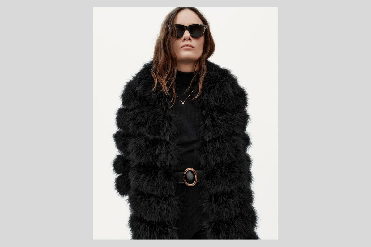 Frau mit Saint Lauren Sonnenbrille für Damen in Mantel.