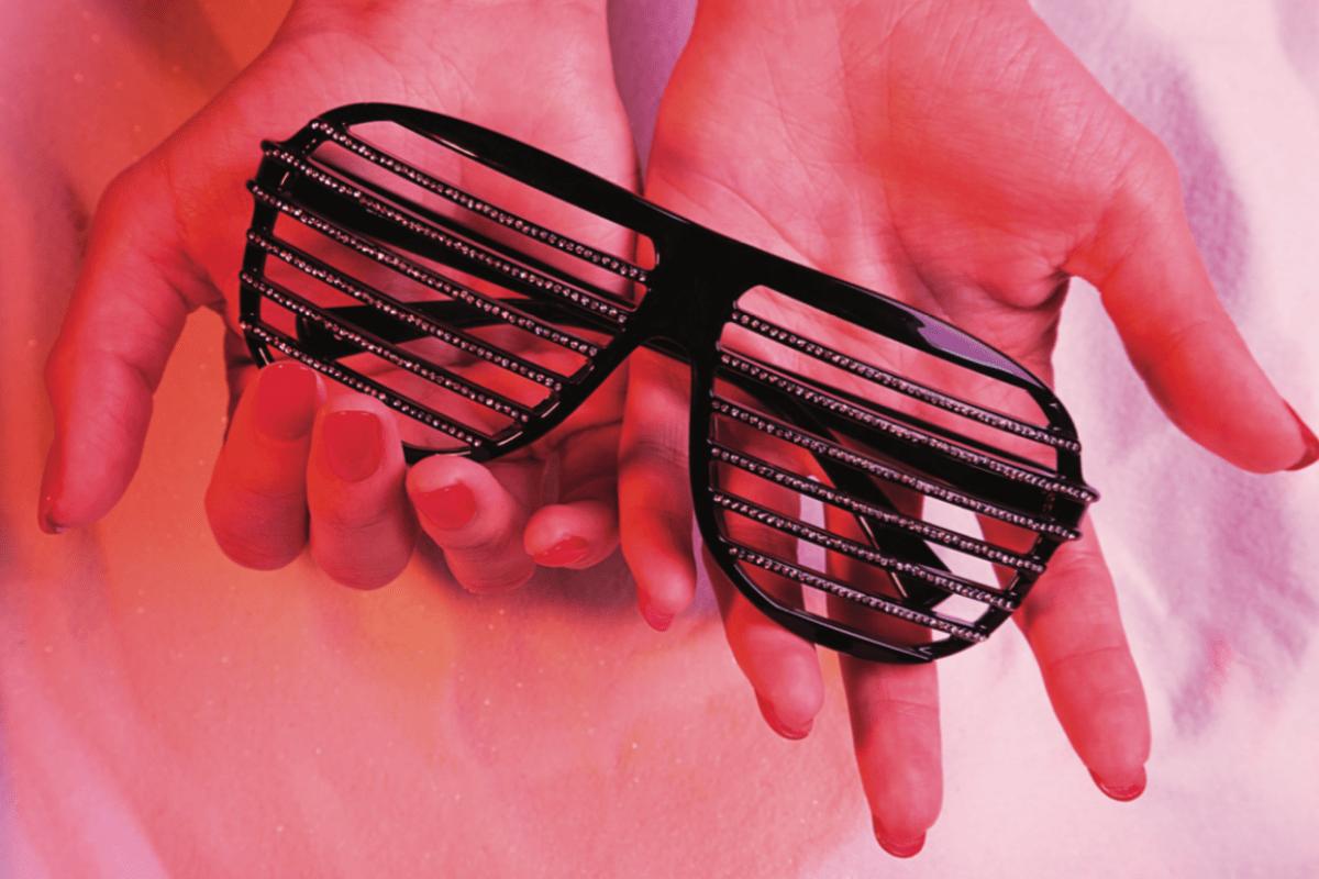 Alain Mikli Brille für Damen in der Hand von einer Frau.