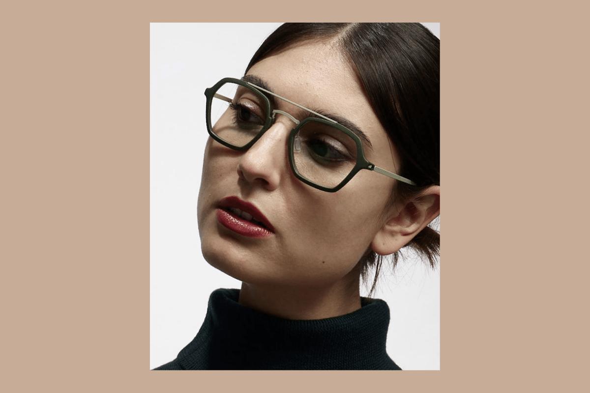 Frau mit grüner Monoqool Damenbrille.