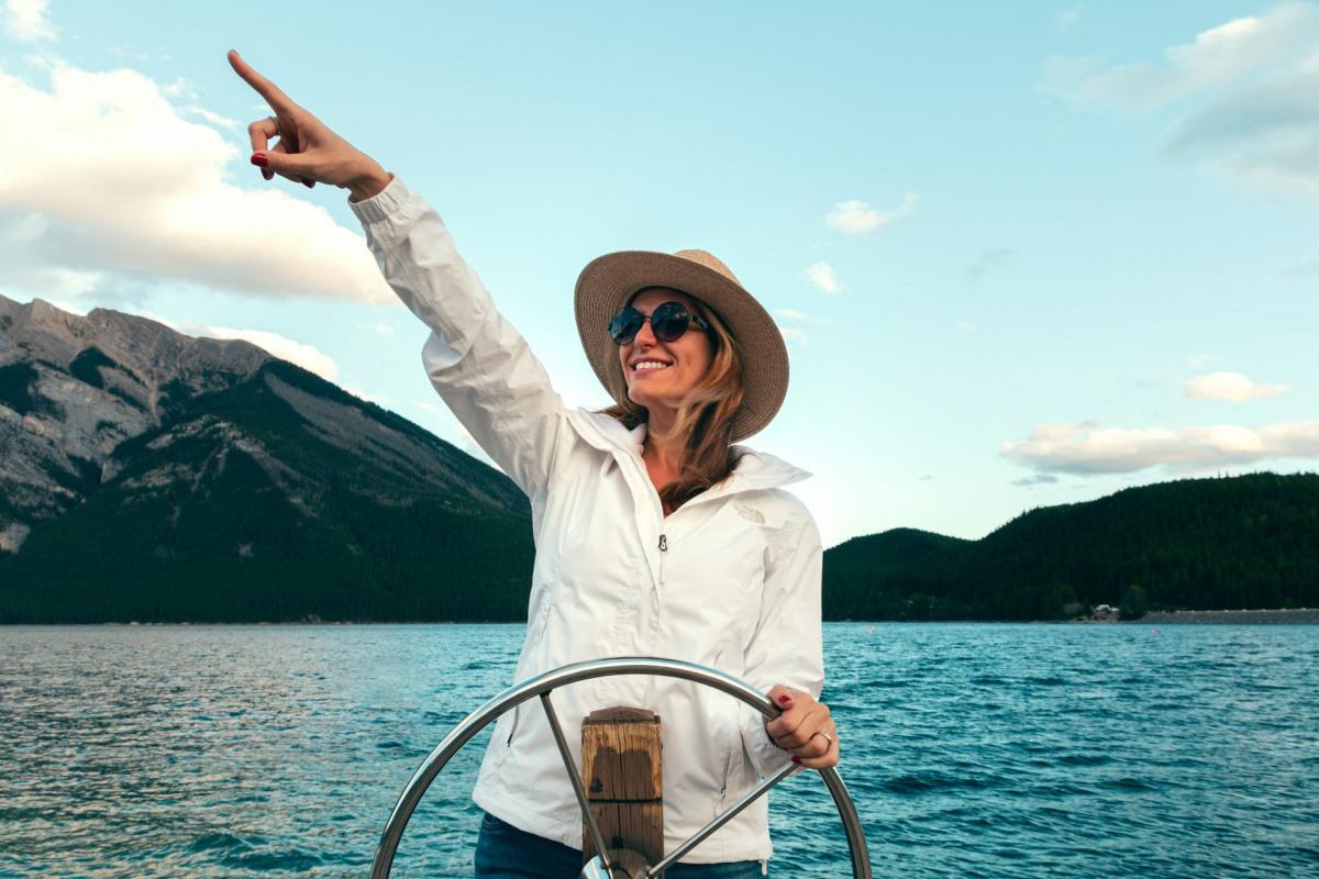 Frau auf Boot mit Sonnenbrille.