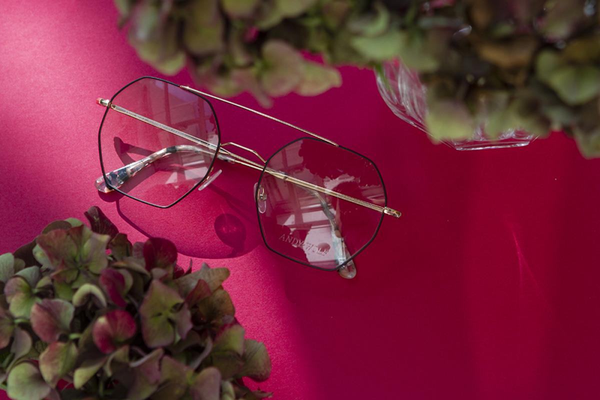 Eine Andy Wolf Brille 4754 auf Tisch