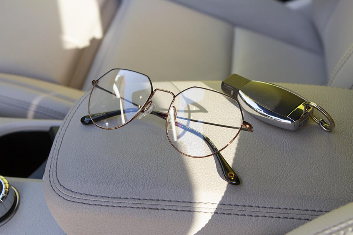 Etnia Barcelona Brille aus der Warriors Kollektion im Auto