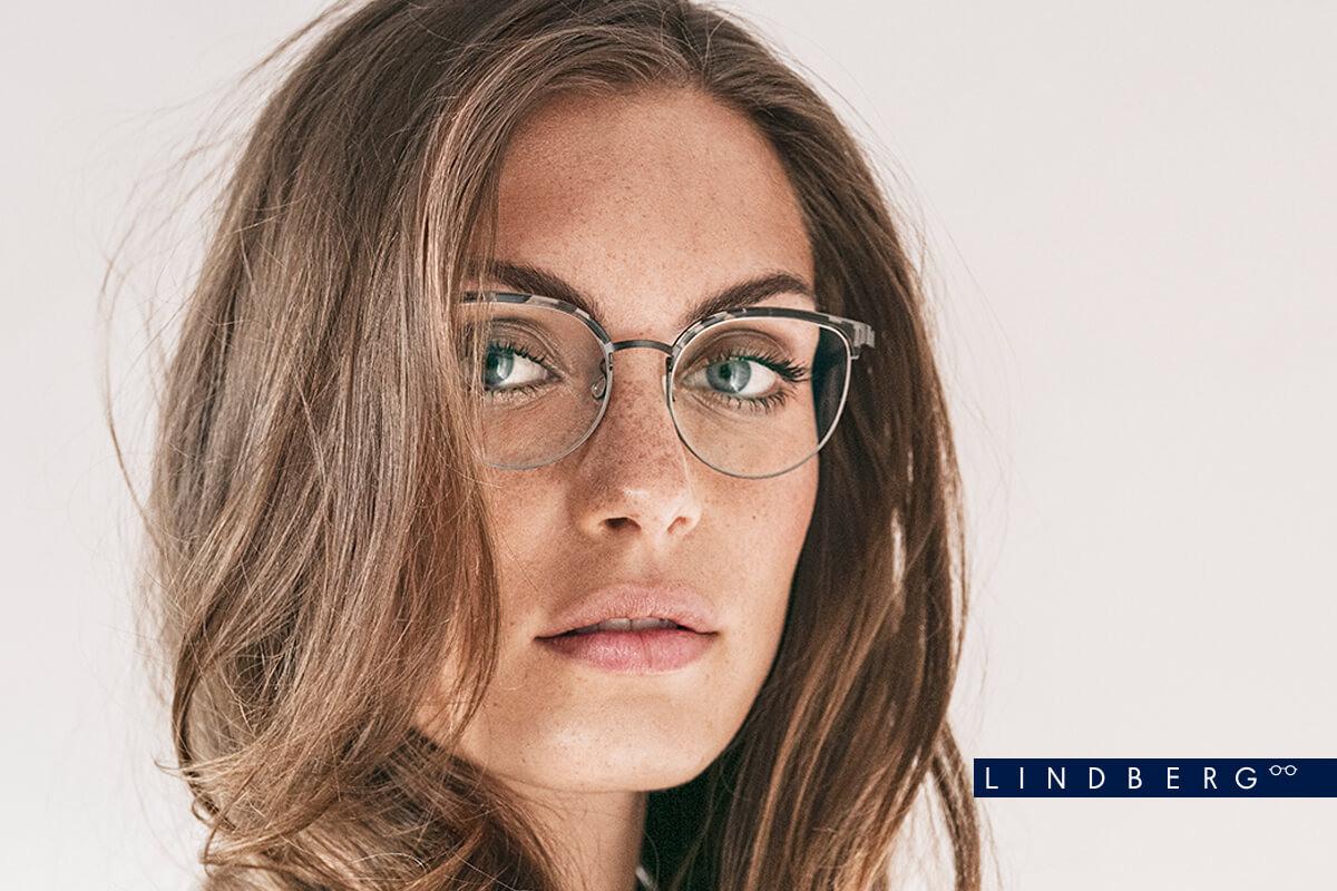 Eine Frau trägt die Lindberg Brille 9486c