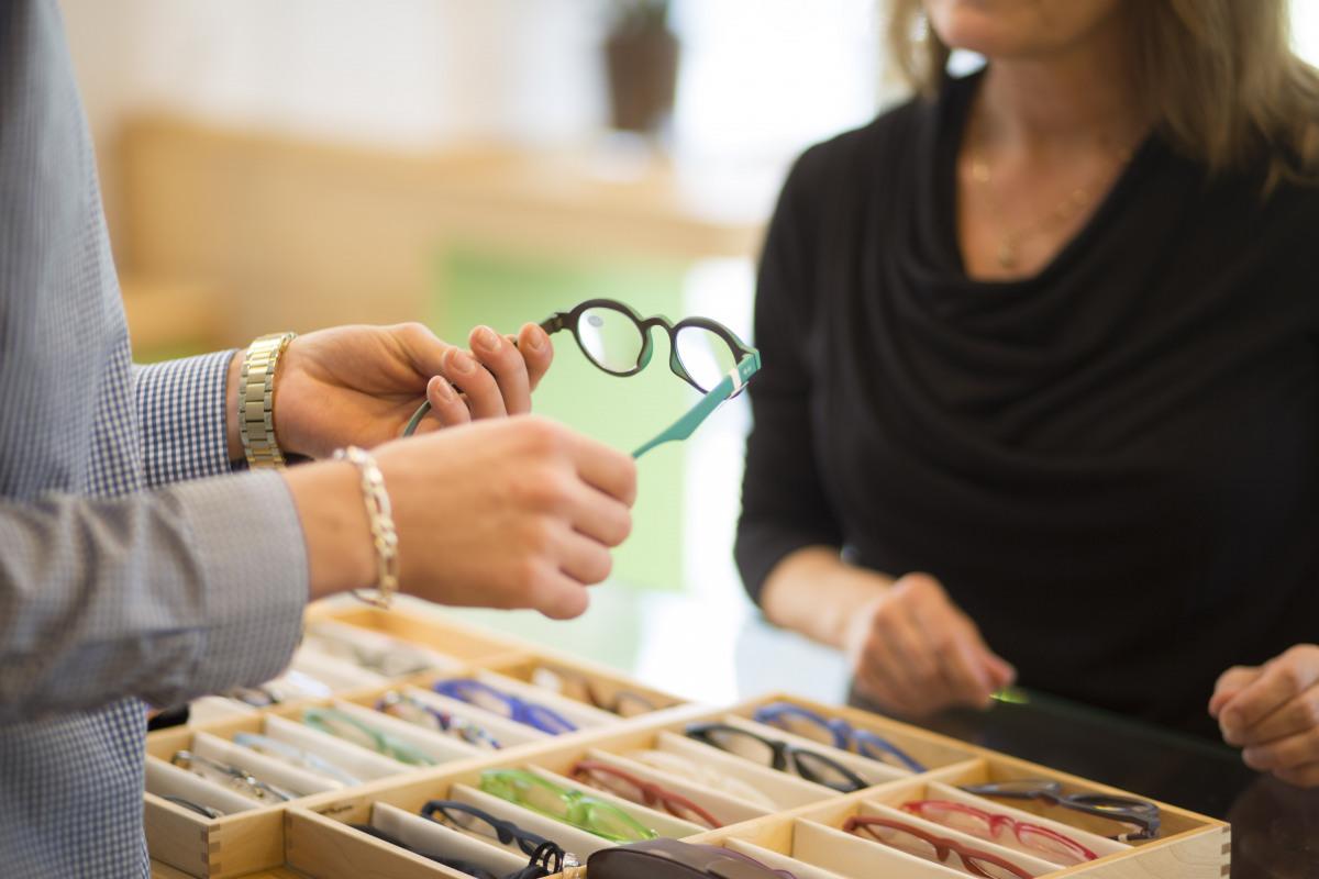 Frau im Beratungsgespräch in einem Brillenfachgeschäft.