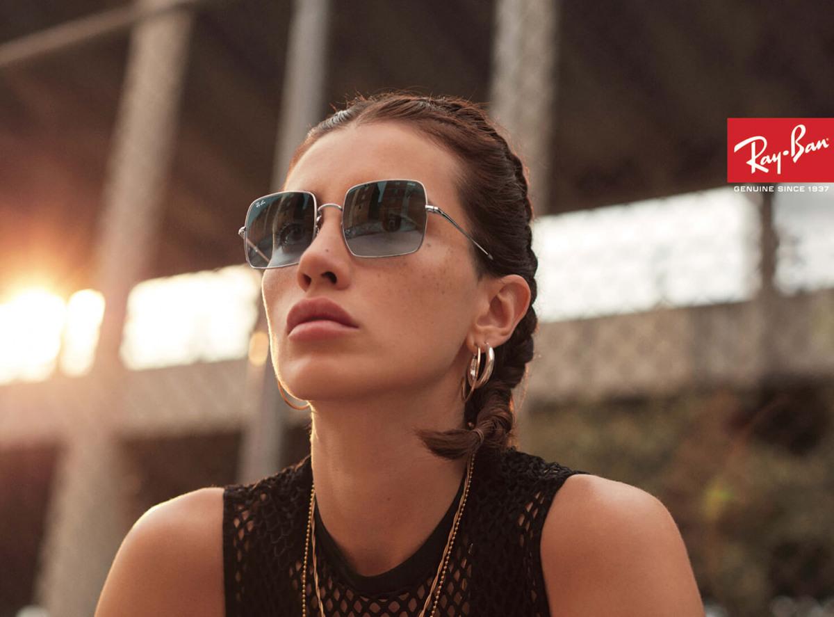 eine junge Frau mit getönter Ray Ban Sonnenbrille / cc Ray Ban