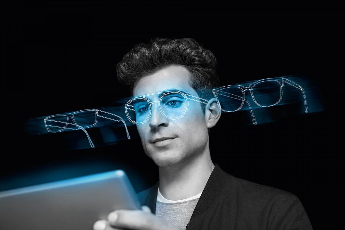 Ein Mann probiert Brillen mit den Zeiss Visufit 1000