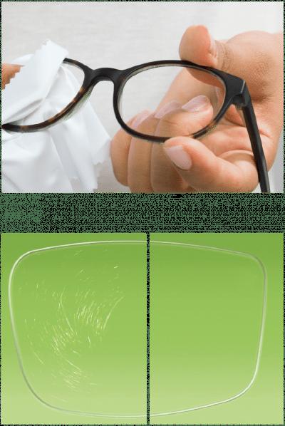Brillenglas im Vergleich, mit und ohne Hartschicht, die vor Kratzern schützt.